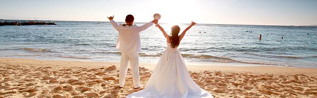 ドレスとタキシード姿のカップル