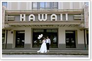 ハワイシアターの前でウェディングフォト