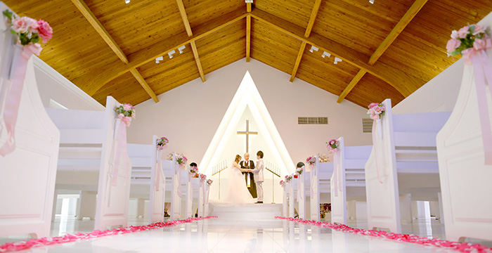 プリマリエ教会で挙式を行うカップル