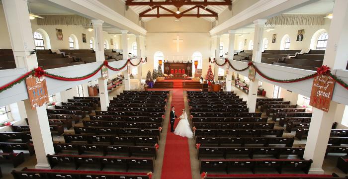 カワイアハオ教会で手をつなぐウエディングフォト