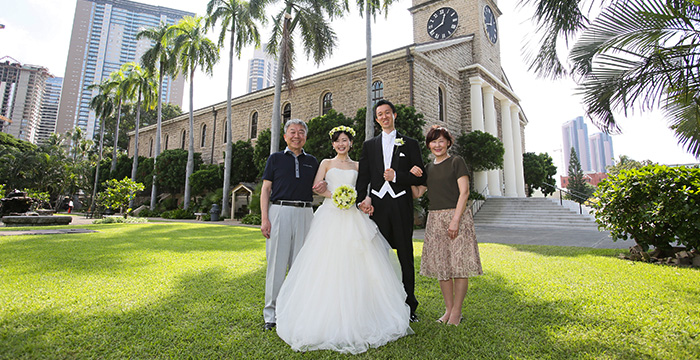 カワイアハオ教会で同行者と記念撮影を行うウエディングフォト