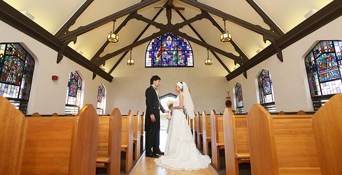 エピファニーエピスコパル教会で向き合う新郎新婦