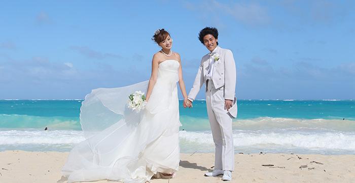 ワイマナロビーチで手をつなぐカップル