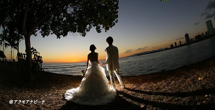 夕日を見つめるカップル
