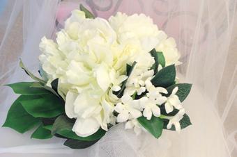 ホワイトの造花ブーケ
