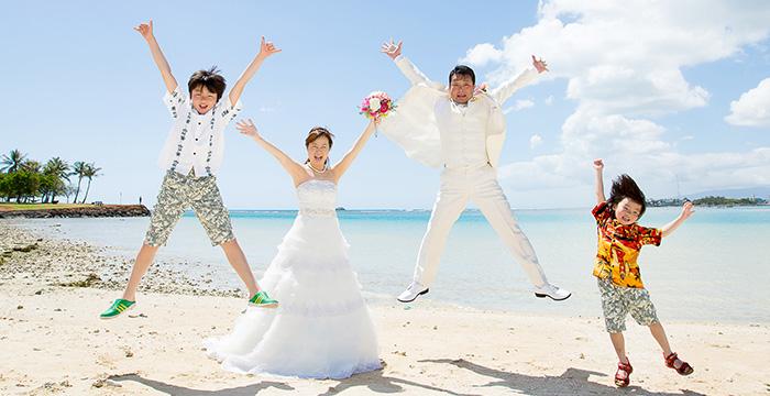 家族みんなでビーチでジャンプ